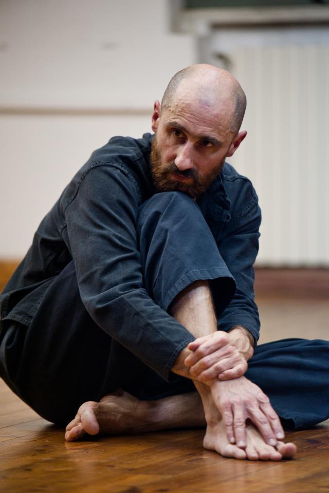 ELF Teatro Scuola - Raul Iaiza - docente di training acrobatico, ritmico, vocale